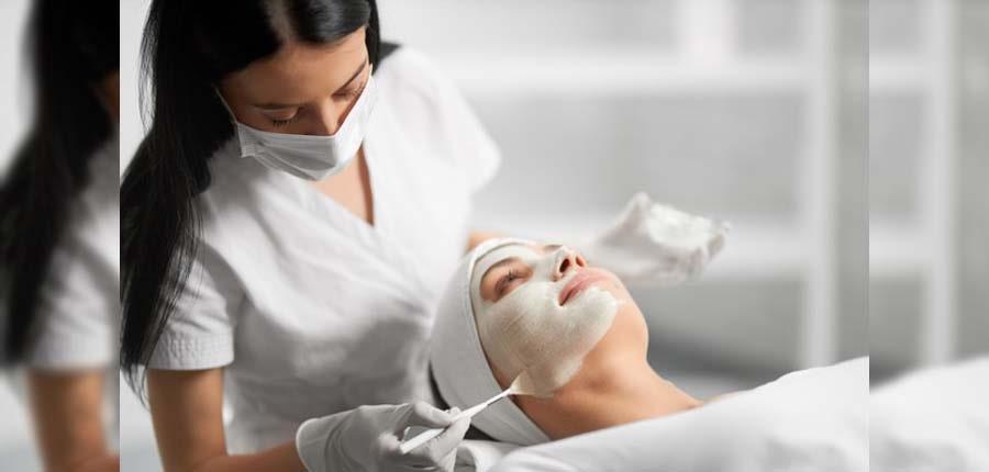 چه زمانی باید به متخصص پوست مراجعه کنید؟-درمان آکنه